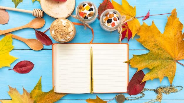 Bloc de notas para escribir en la mesa de otoño. con café para el desayuno.