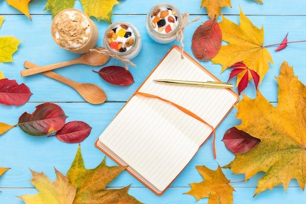Bloc de notas para escribir en la mesa de otoño.