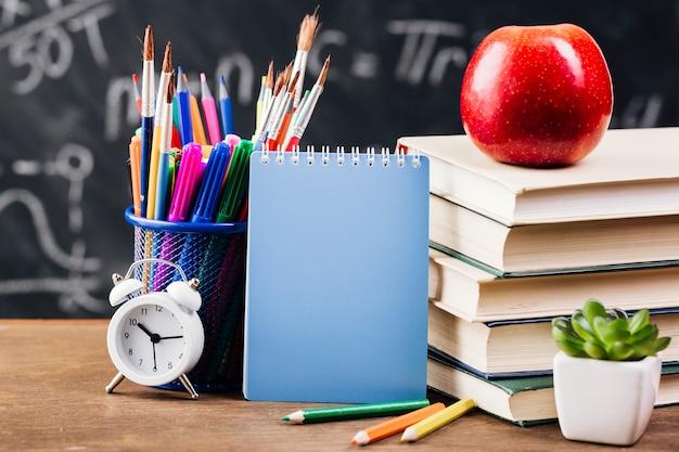 Bloc de notas en el escritorio del profesor
