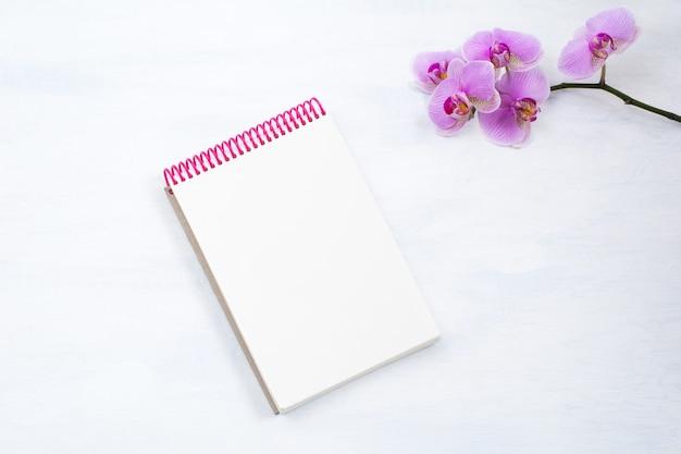 Bloc de notas con flor rosa orquídea