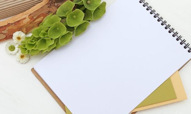 Bloc de notas con flores verdes, cuaderno de dibujo