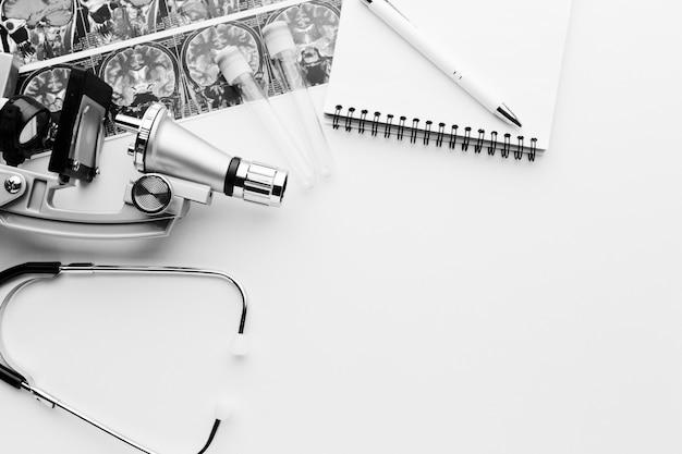 Bloc de notas y herramientas médicas en blanco y negro
