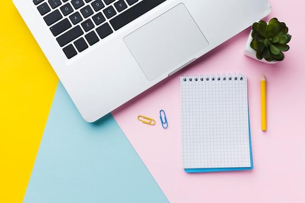 Bloc de notas y lápiz vacíos