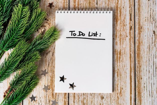 Bloc de notas con lista de tareas pendientes en la vista superior de madera
