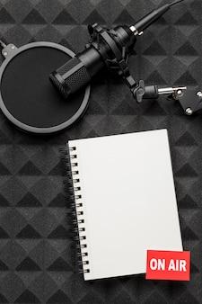 Bloc de notas y micrófono en el aire