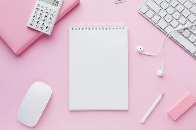 Bloc de notas y mouse de computadora en blanco