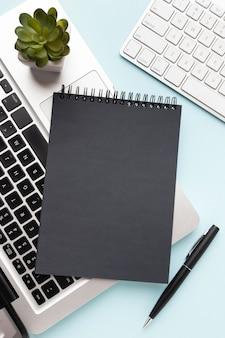 Bloc de notas negro en el teclado del portátil