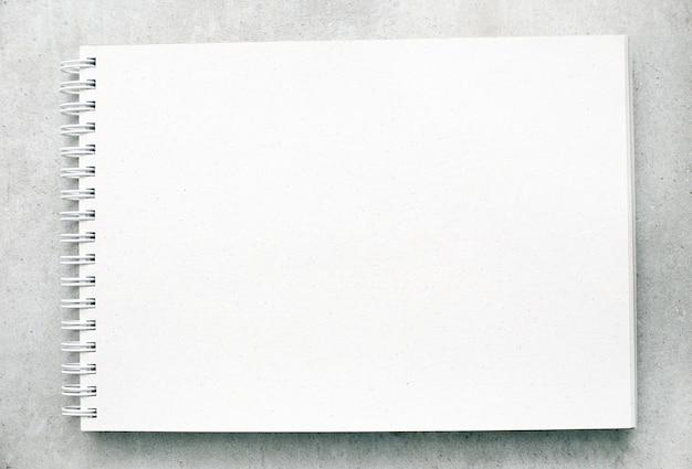 Bloc de notas o cuaderno en blanco con páginas blancas