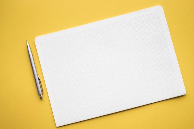 Bloc de notas de papel blanco sobre fondo de color pastel.diseño plano laico.