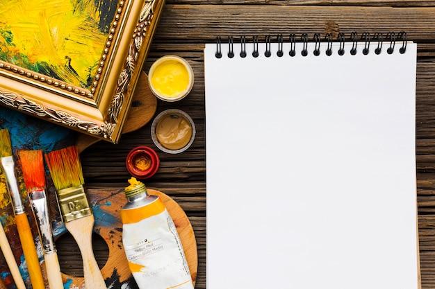 Bloc de notas y pinceles vacíos