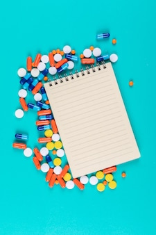 Bloc de notas plano con pastillas