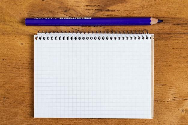 Bloc de notas sobre la mesa con un lápiz