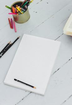 Bloc de notas sobre la mesa
