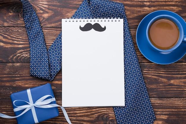 Bloc de notas vacío con bigote día del padre