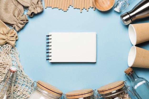 Bloc de notas vacío con objetos ecológicos