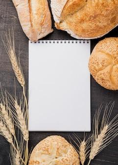 Bloc de notas vacío rodeado de pan