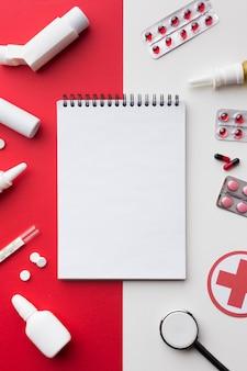 Bloc de notas vacío rodeado de pastillas