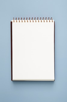Bloc de notas vacío sobre fondo azul