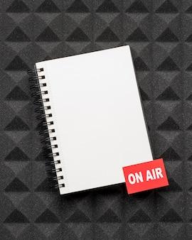 Bloc de notas de vista superior en concepto de aire