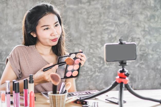 Blogger de belleza asiática en vivo por teléfono inteligente