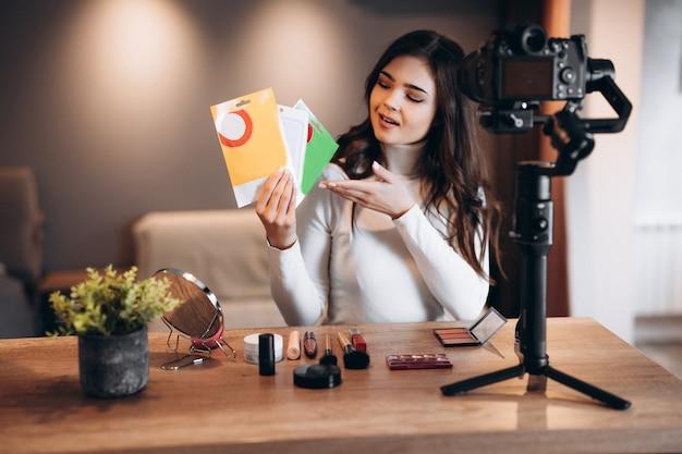 Blogger de belleza femenina agradable filmación tutorial de rutina de maquillaje diario en cámara influencer joven li