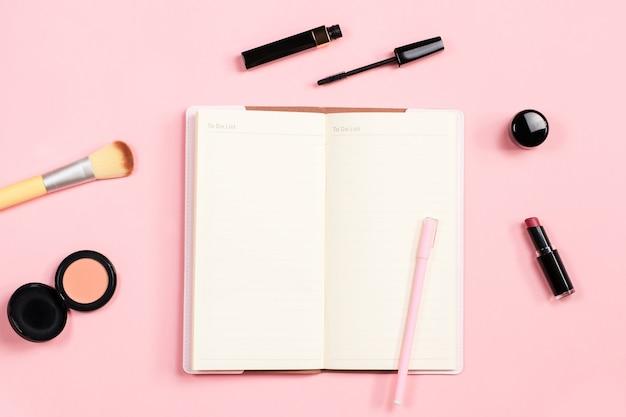 Blogger de belleza objetos planos laicos. productos de belleza y elegantes accesorios femeninos sobre fondo rosa pastel