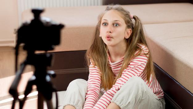Blogger chica grabando a sí misma
