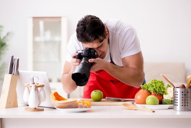 Blogger de comida trabajando en la cocina
