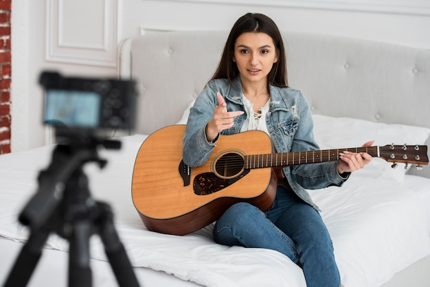 Blogger enseñando a tocar la guitarra
