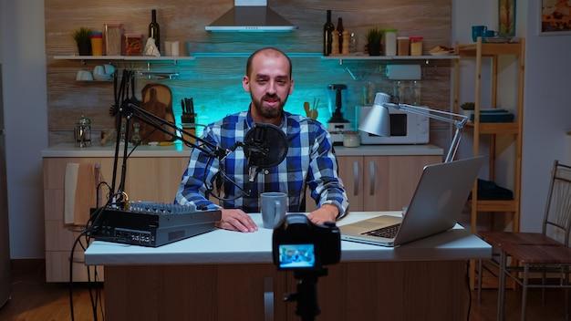Blogger famoso en la radiodifusión de estudios domésticos utilizando tecnología moderna. espectáculo creativo en línea producción al aire, presentador de transmisión por internet, transmisión de contenido en vivo, grabación de comunicación digital en redes sociales