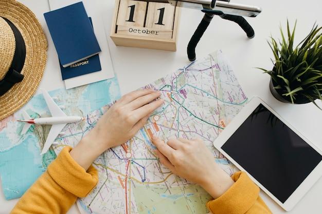 Blogger femenina viajando en línea con el teléfono inteligente