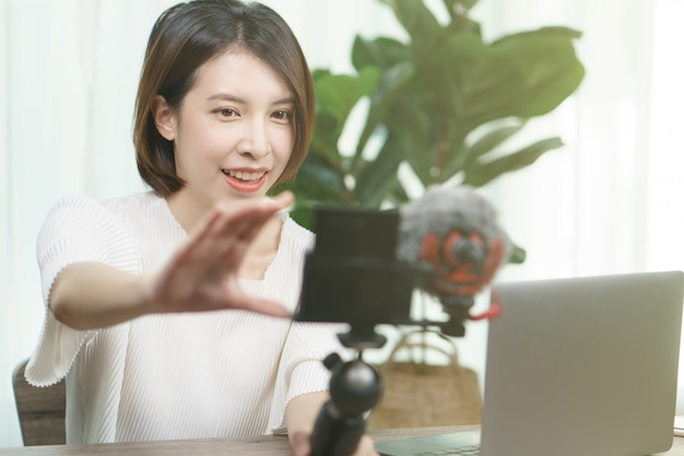 Blogger femenino grabando video transmitido en casa, moda, maquillaje, concepto de tecnología