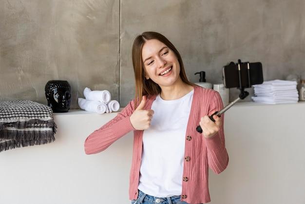 Blogger se graba mostrando la decoración del hogar y el pulgar hacia arriba
