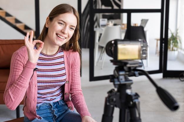 Blogger hablando con la cámara y haciendo ok