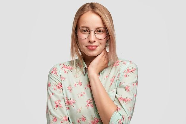 Blogger joven caucásica optimista con apariencia atractiva