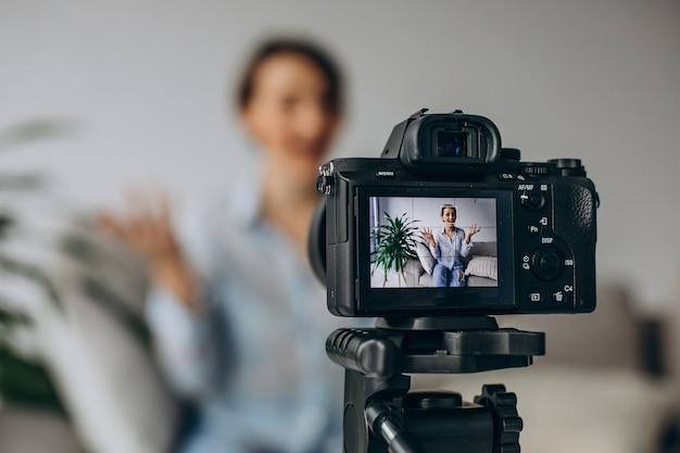 Blogger joven grabando video en la cámara