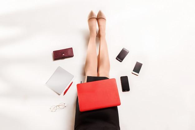 Blogger de moda escribiendo en la computadora portátil