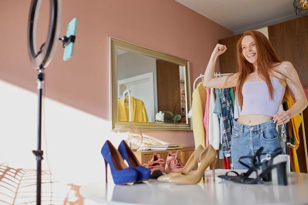Blogger de moda feliz comparte alegría con suscriptores