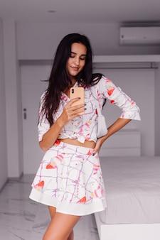 Blogger de moda joven bastante caucásica vistiendo ropa elegante