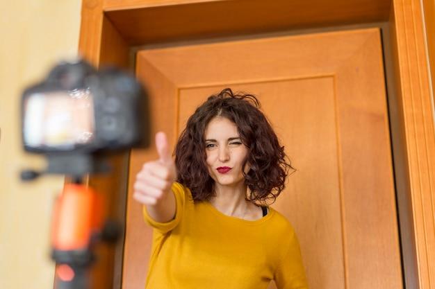 Blogger morena grabando un vídeo