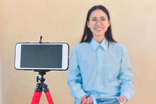 Blogger mujer di hola fan page siguiendo en internet y sala de clase de entrenamiento en línea