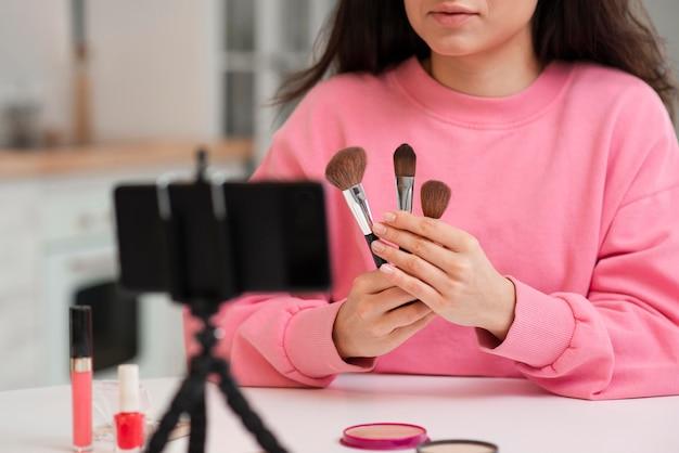Blogger presentando nuevos accesorios de maquillaje