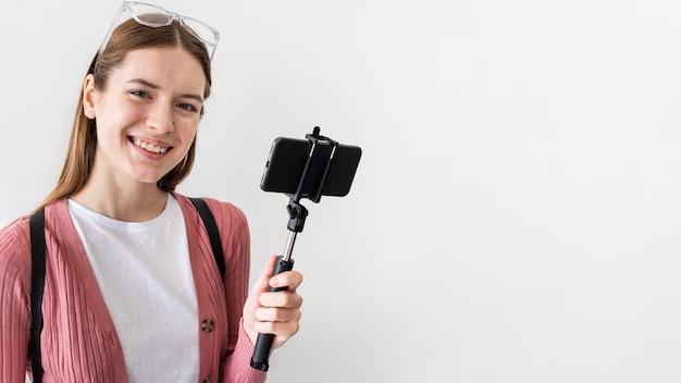 Blogger sonriente con smartphone con espacio de copia