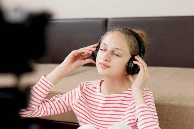 Blogger de tiro medio con auriculares