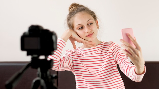Blogger de tiro medio tomando selfies