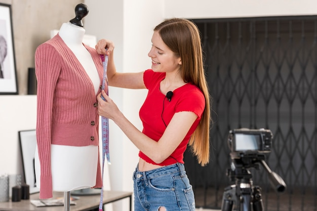 Blogger tomando medidas en maniquí