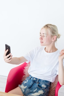 Blogger transmitiendo video en vivo usando un teléfono móvil