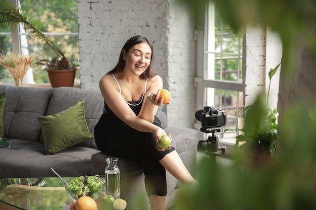 La bloguera caucásica hace vlog cómo hacer dieta y perder peso.