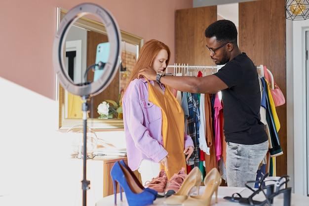 Blogueras de moda hablan a la cámara en casa