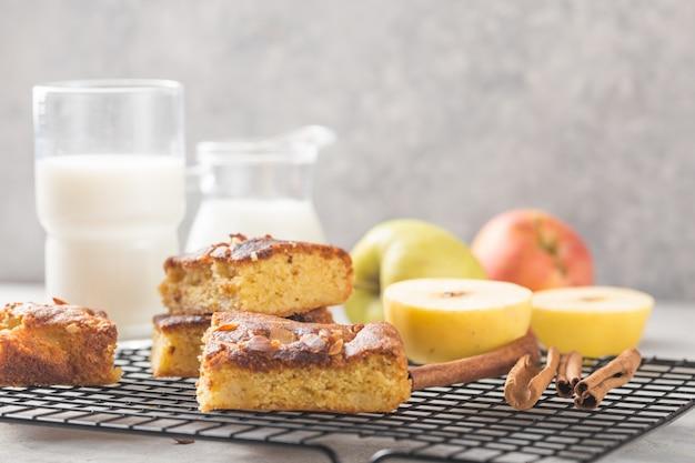 Blondie casero (rubio) brownies tarta de manzana rebanadas cuadradas con vaso de leche